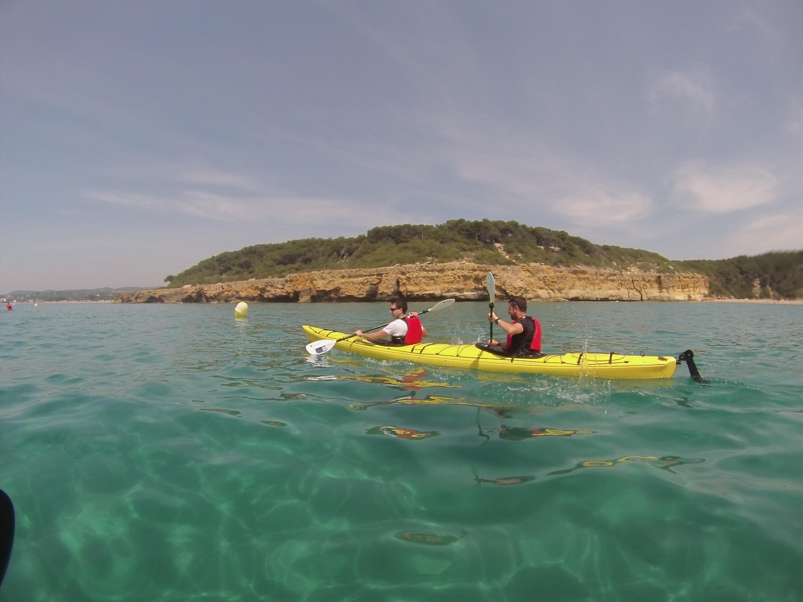 Navegant davant el bosc de la Marquesa a,b TGNautica kayak