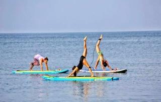 Yoga i paddle surf a la platja de la Móra